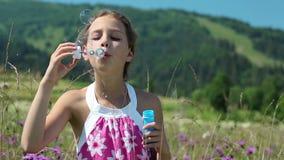Durchbrennenseifenluftblasen des attraktiven Mädchens stock video footage