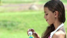 Durchbrennenseifenluftblasen des attraktiven Mädchens stock footage