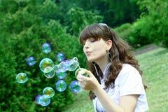 Durchbrennenseifenluftblasen des jungen Mädchens Stockbild