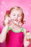 Durchbrennenseifenluftblasen des Mädchens Lizenzfreie Stockbilder