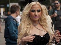 Durchdacht gekleidete attraktive Frau, während Christopher Streets Stockbild