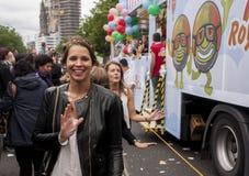 Durchdacht gekleidete attraktive Frau, während Christopher Streets Stockfotografie