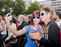 Durchdacht gekleidete Teilnehmer, die selfie, während Christoph nehmen Stockbild