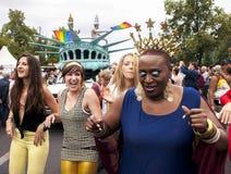 Durchdacht gekleidete Teilnehmer während der Schwulenparade Stockfotos