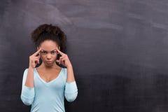 Durchdachte afroe-amerikanisch Frau, die nahe steht Lizenzfreie Stockbilder