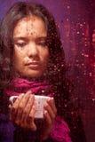 Durchdachte asiatische Frau im regnerischen Wetter Stockbild