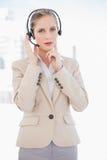 Durchdachte blonde Call-Center-Mittelstellung Lizenzfreie Stockbilder