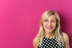 Durchdachte blonde Dame Against Pink mit Kopien-Raum Stockbilder