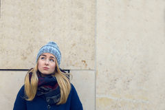Durchdachte blonde Frau in der warmen Winterkleidung Stockbilder