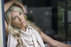 Durchdachte blonde Frau, die weg schaut Lizenzfreie Stockbilder