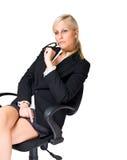 Durchdachte blonde Geschäftsfrau. Stockbild