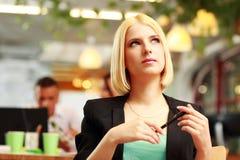 durchdachte blonde Geschäftsfrau, die oben schaut Stockbilder