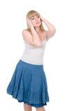 Durchdachte blonde Hände hält Kopf an Lizenzfreie Stockbilder