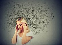 Durchdachte blonde junge Frau mit einer Verwirrung in ihrem Kopf Stockbild