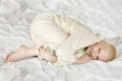 Durchdachte blonde kahle Frau, die auf dem Bett liegt Stockfotografie