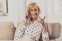 Durchdachte Blondine, die auf ihren Gesprächspartner hören stockfotos