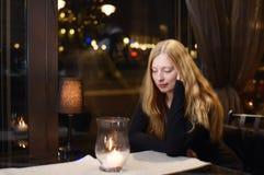 Durchdachte Dame in einem Café Lizenzfreie Stockbilder