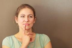 Durchdachte emotionale Frau im Studio stockfotografie