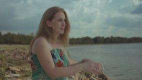 Durchdachte erwachsene Rothaarigefrau, die Meer betrachtet stock video