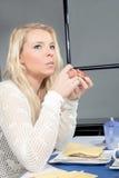 Durchdachte Frau, die ihr Frühstück isst Lizenzfreies Stockbild