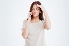 Durchdachte Frau, die am Telefon spricht Lizenzfreie Stockfotos
