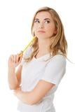Durchdachte Frau mit Bleistift lizenzfreies stockbild
