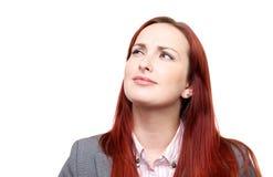 Durchdachte Frau mit einem Stirnrunzeln lizenzfreies stockfoto