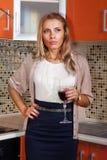 Durchdachte Frau mit Glas Wein Stockbilder