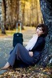 Durchdachte Frau mit Koffer. stockbilder