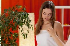Durchdachte Frau nach einer Schönheitsbehandlung Stockbilder