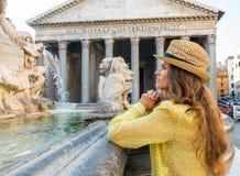 Durchdachte Frau nahe Brunnen des Pantheons Lizenzfreie Stockfotografie