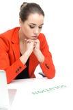 Durchdachte Geschäftsfrau, die an Laptop arbeitet Stockfotos