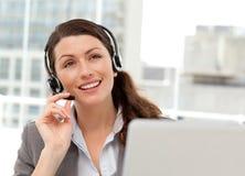 Durchdachte Geschäftsfrau, die am Telefon spricht Lizenzfreie Stockfotografie