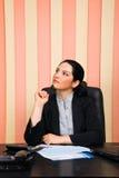 Durchdachte Geschäftsfrau, die weg schaut Lizenzfreies Stockbild