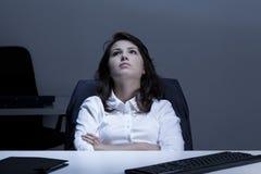 Durchdachte Geschäftsfrau im Büro Stockfoto