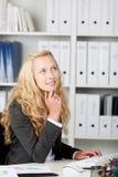 Durchdachte Geschäftsfrau Looking Up Lizenzfreie Stockfotos