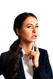 Durchdachte Geschäftsfrau mit dem Finger unter Kinn Lizenzfreies Stockfoto