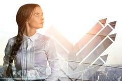 Durchdachte Geschäftsfrau mit Pfeilen Lizenzfreie Stockbilder