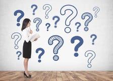 Durchdachte Geschäftsfrau mit Schreibheft, Fragen stockfotos