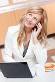 Durchdachte Geschäftsfrau am Telefon am Bruch Stockfoto