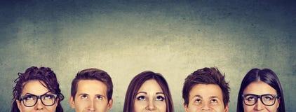 Durchdachte Gruppe von Personen, die oben schaut stockfoto