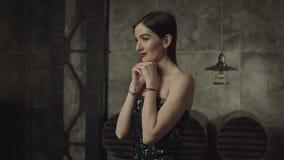 Durchdachte hübsche Frau mit den Händen auf Kinn stock video footage