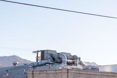 Durchdachte Heizung und Kühlsystem auf dem Dach eines Gebäudes mit durchdachter Kanalisierung lizenzfreies stockfoto