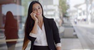 Durchdachte herrliche Frau, die auf einem Mobile plaudert stock video footage