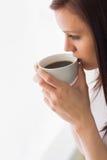 Durchdachte jugendlich Holding ein den Tasse Kaffee, der weg schaut Stockbild