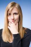 Durchdachte junge blonde Frau. Stockbild