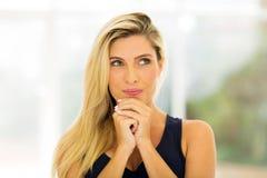 Durchdachte junge Blondine lizenzfreie stockfotos