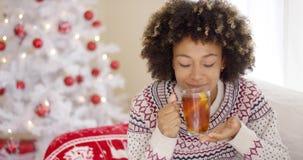 Durchdachte junge Frau, die einen Becher Tee trinkt stock video footage