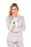 Durchdachte junge Geschäftsfrau lizenzfreie stockfotos