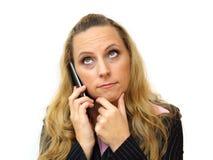 Durchdachte junge Geschäftsfrau, die Handy verwendet Lizenzfreie Stockfotos